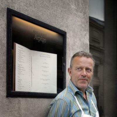 photographe culinaire en IDF, portrait du chef Alain Passard devant l'Arpège